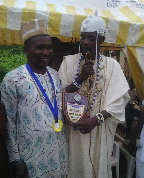 Chief Fayemi Fatunde Fakayode, Aare Agbefaga of Yorubaland, receiving merit award as Agbefaga of the Year 2013-2014